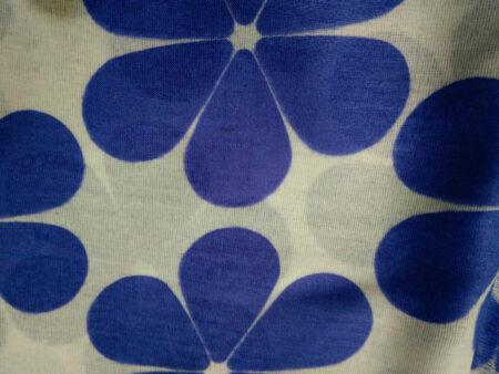 روسری طرح گل سفید آبی کاربنی ۸۷۰ | فروشگاه اینترنتی کاشانه