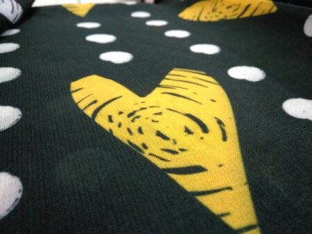 تصویر نزدیک از کیفیت و بافت روسری نخی توپ توپی قلب زرد 933
