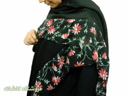 تصویر نزدیک از روسری پلیسه مشکی گل دار